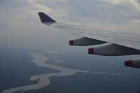 飛行中のジェット機の翼と空