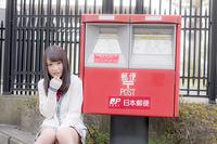 郵便ポストに寄り添う女子高生
