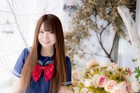 花の前に立つ女子高生