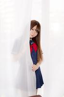カーテンに隠れる女子高生