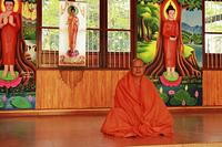 瞑想をする僧侶