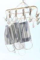 洗濯用角ハンガー、ピンチハンガーに干された医療用マスク