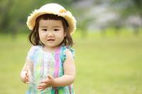 風船玉で遊ぶ女の子