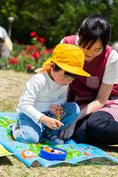 公園でお弁当を食べる園児