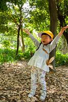 落ち葉で遊ぶ園児