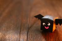 ハロウィンキャラクター 折り紙の羽根つき紙風船のコウモリ