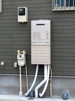 住宅に設置されたガス給湯器