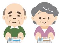 運転免許の自主返納をする高齢者