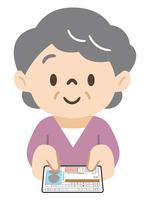 運転免許の自主返納をする高齢女性