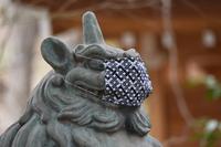 新型コロナ感染防止のマスクをつけた神社の狛犬