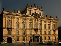 Ein Gebaude vor der Burg in Prag
