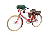 Rotes Fahrrad mit Koffer und Isomatte freigestellt