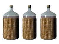 Korbflasche mit Inhalt freigestellt