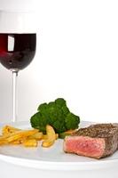 Steak, Gemuse und ein Glas Rotwein