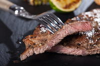 Scheiben von Steak mit einer Gabel