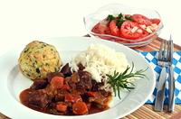 Wildgulasch mit Knodel und Reis