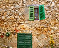 バルデモサ村のかわいらしい家の窓(スペイン・マヨルカ島)