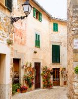 バルデモサ村のかわいらしい家並(スペイン・マヨルカ島)