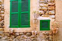 バルデモサ村の伝統的な木製窓mallorquina shutters(スペイン・マヨルカ島)
