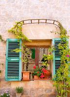 バルデモサ村のカラフルな家の窓(スペイン・マヨルカ島)
