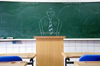 誰もいない教室の黒板に描かれた教師の絵