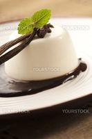 バニラパンナコッタ チョコレートソース添え