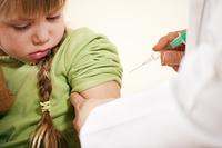 Kinderarzt gibt Kind eine Spritze