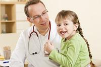Kinderarzt mit kleiner Patientin