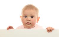 Baby mit weisser Tafel