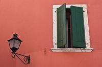 Mediterranes Fenster mit Laterne