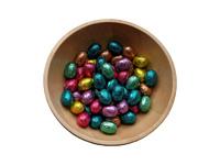 Schale mit bunten Ostereiern aus Schokolade