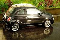 Regen perlt ab an einem Fiat 500