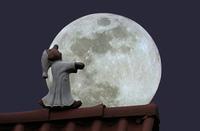 Mondsuechtig,  Schlafwandler auf dem Dach bei Vollmond