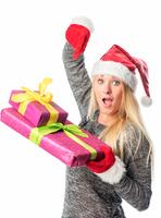 Weihnachtsfrau zeigt auf Geschenke