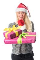 Weihnachtsfrau mit Geschenken zeigt mit dem Finger