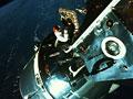 宇宙船と宇宙飛行士(NASA提供)
