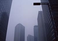 雨のビル街
