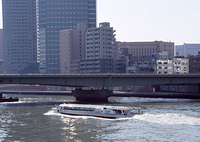 川とビル街