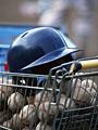 ヘルメットと野球ボール